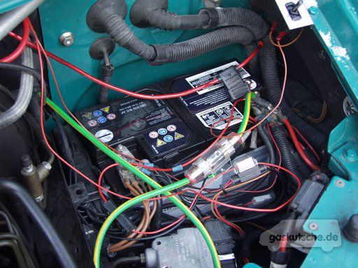 kfz batterie ladeger t anschliessen autobatterie aufladen. Black Bedroom Furniture Sets. Home Design Ideas